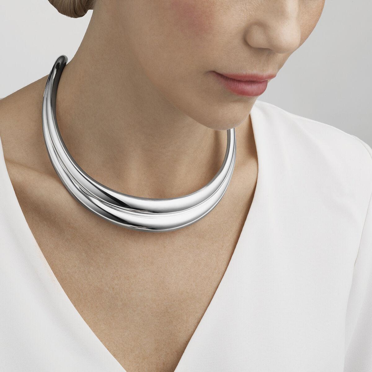 OnModel__10018362-CURVE-neckring-sterling-silver